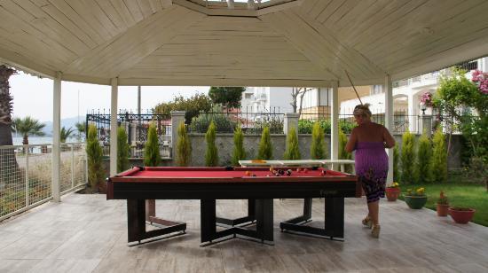 Hotel Mutlu: Pool Table front of hotel