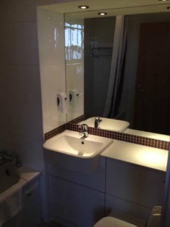 Premier Inn London Hanger Lane Hotel: bagno in camera