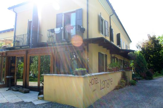 Hotel Langhe: exterior of hotel