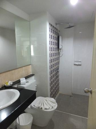 แอทโฮมโรงแรมทโฮม @ นา 8 และห้องครัวไทย: バスルーム