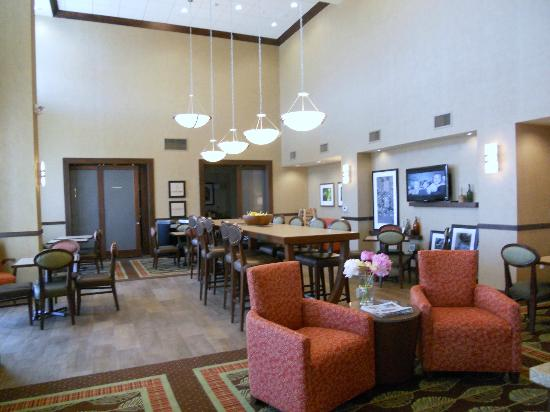 Hampton Inn & Suites Salem : Breakfast room / gathering room