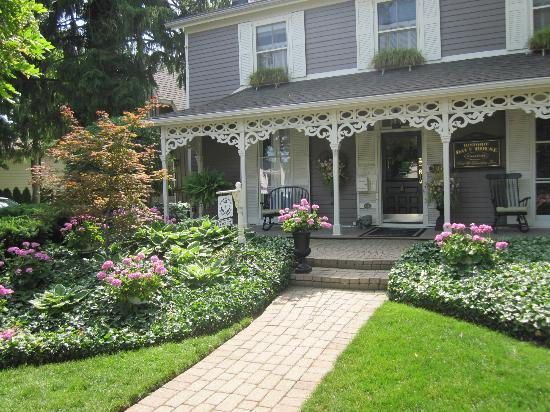 Historic Davy House B&B Inn: Lovely frontage with verandah and rocking chairs.