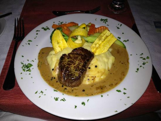 los suenos: Beef tenderloin with three peppercorn sauce