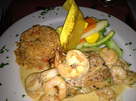 los suenos: Red snapper with shrimp sauce