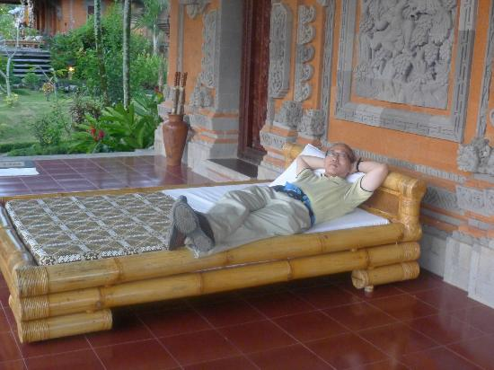 Subak Tabola Villa: bed outside door and balinese door