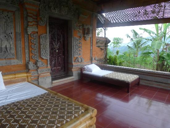 Subak Tabola Villa: bed outside to enjoy the view lying down
