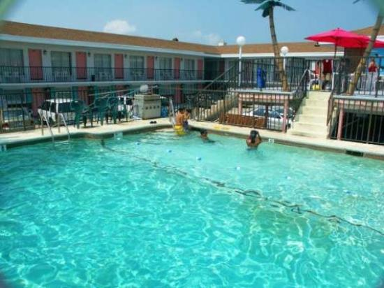 Surf Comber Motel: Pool Area 3-8 ft.