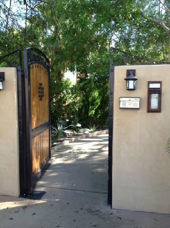 Hacienda Hot Springs Inn: entrance to oasis