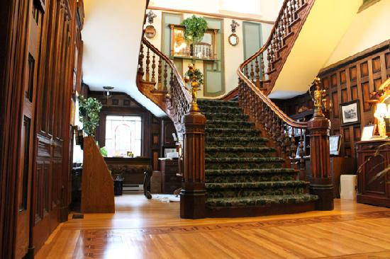 Amethyst Inn at Regents Park: The grand lobby staircase