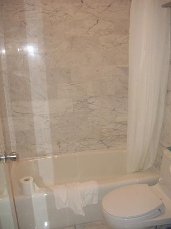 Americas Best Value Inn & Suites-SOMA: Bathroom - Guest Room - King