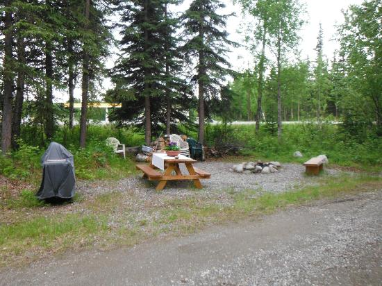 Hatcher Pass Bed & Breakfast: Great picnic table and fire pit area in front of our cabin