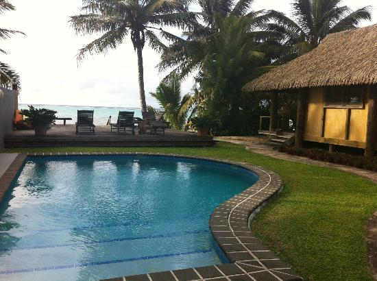 Muri Beach Hideaway: Bach front bungalow next to beach and pool.