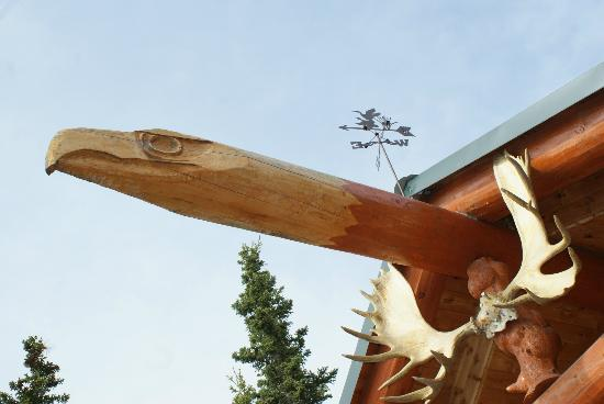 Willow Lake B&B: Eagle Beam hand carved by the Owner