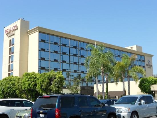 Red Lion Hotel Anaheim Resort: Exterior of Hotel (from Car Park)