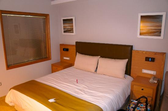 Holiday Village Rhodes: relax std double, big bed for toddler to the right. loads of room!