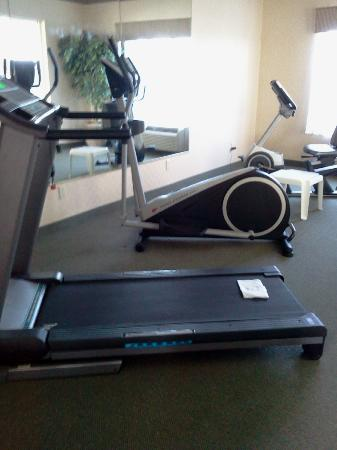 Red Roof Inn and Suites: Out of order sign on treadmill