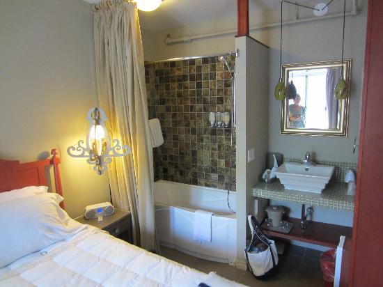 Auberge Place D'Armes: bathroom in same room as bedroom