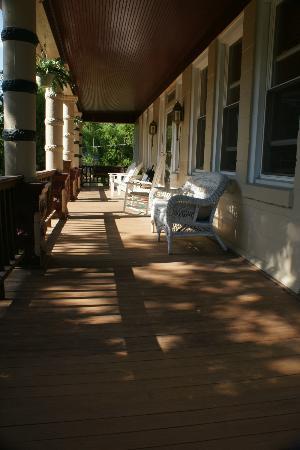 Francie's Inn: Porch