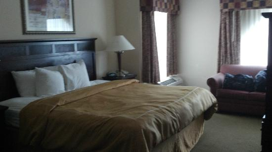 Fairfield Inn & Suites Charleston North/Ashley Phosphate: Room (see ruempled bed)