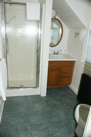 1824 House Inn: Washroom