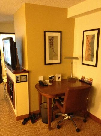 Hyatt Place Dallas/North Arlington/Grand Prairie: Work area and a brief pic of the flat screen television
