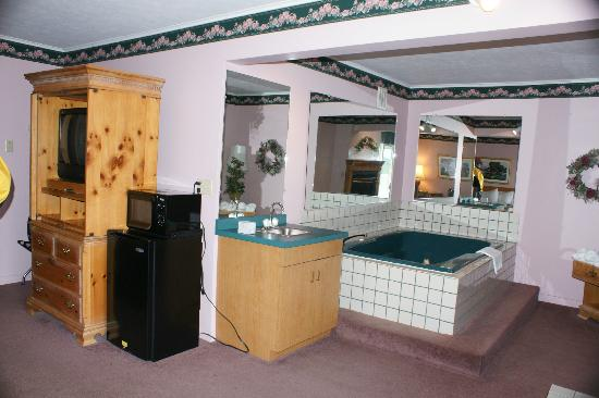 Magnuson Grand Pioneer Inn and Suites : Room