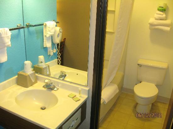 Super 8 Terre Haute: Spotless bathroom