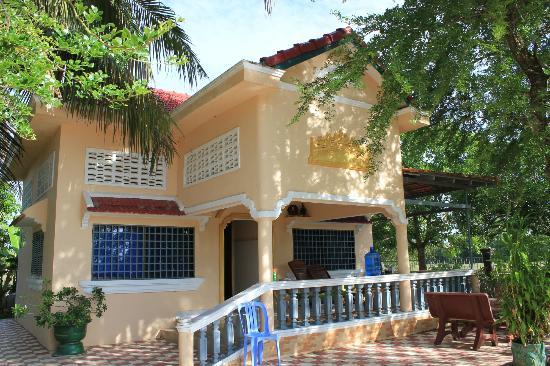 Meas Family Homestay: Concrete House