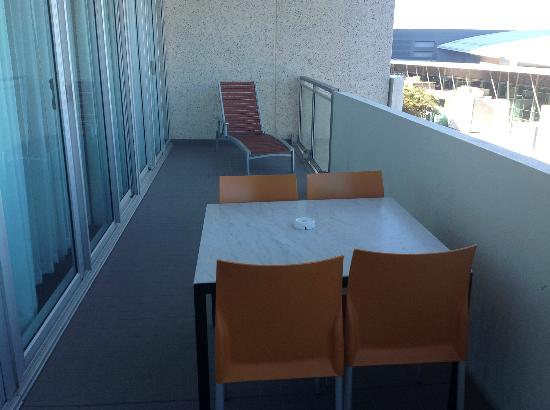 Adina Apartment Hotel Perth: Deck off loungeroom