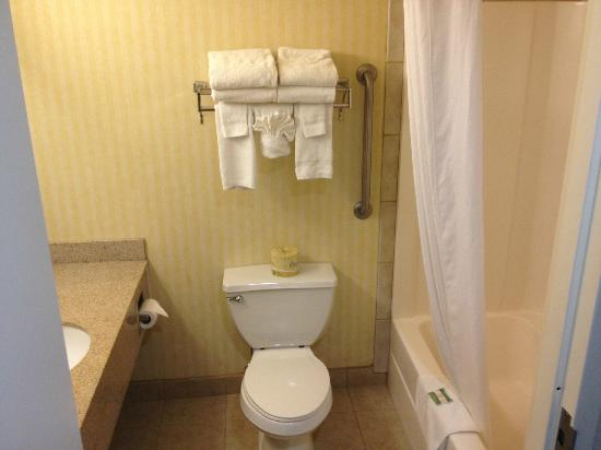 Country Inn & Suites By Carlson, Eagan : Bathroom - small but clean
