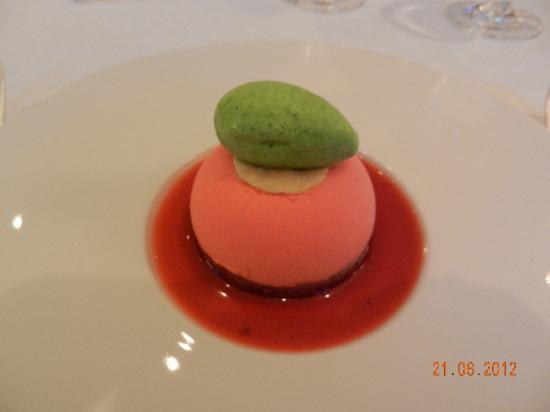 Le Grillon: Mit Erdbeeren gefüllte Mousse und Basilikumsorbet