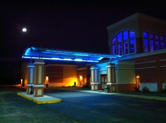 Quality Inn & Suites Conference Center: Lobby entrance with changing LED lights