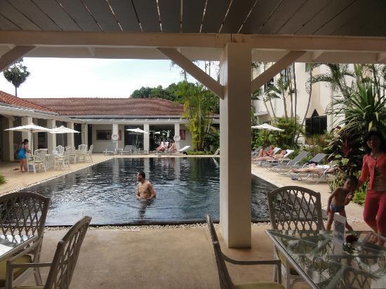 Mercure Vientiane: レストランとプール