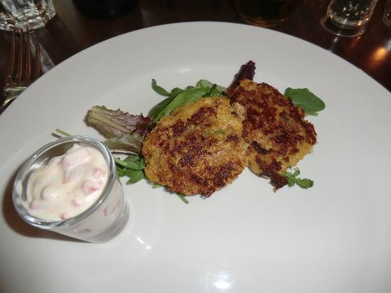 Pendletons: The freshly cooked crab cakes starter