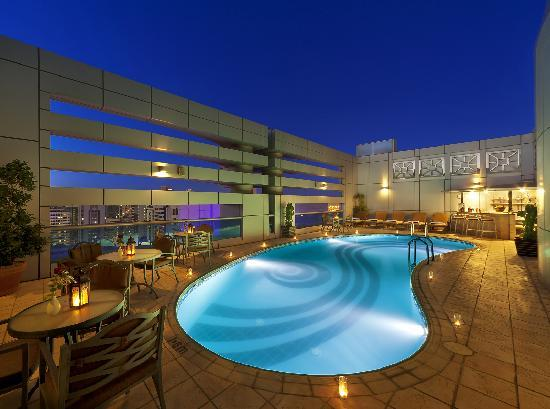 Al Manzel Hotel Apartments : Rooftop Swimming Pool