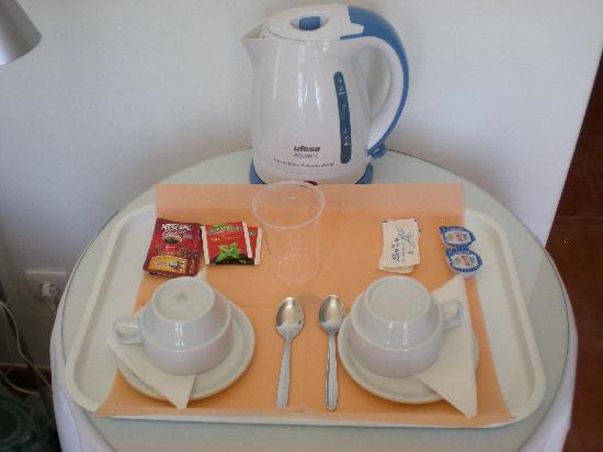 Hotel Casa Rosa: Tea and coffee making facilities