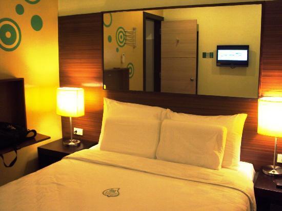 Go Hotels Tacloban: Glass