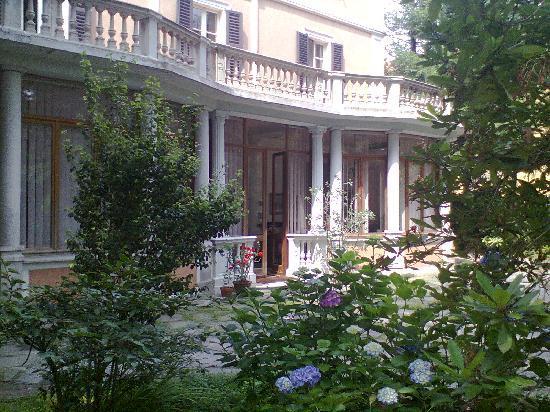B&B Villa Margherita : Veranda e ingresso dal parco