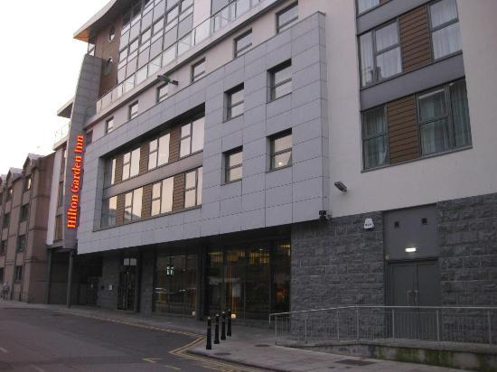 Hilton Garden Inn Aberdeen City Centre: The front aspect of the Hilton Garden Inn (evening time)