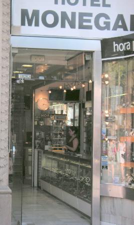 Hotel Medium Monegal: Entrée de l'hôtel, au bout du couloir, après le magasin de montres