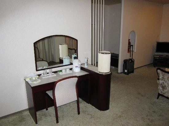 Royal Hotel Maruya: room 505 bureau