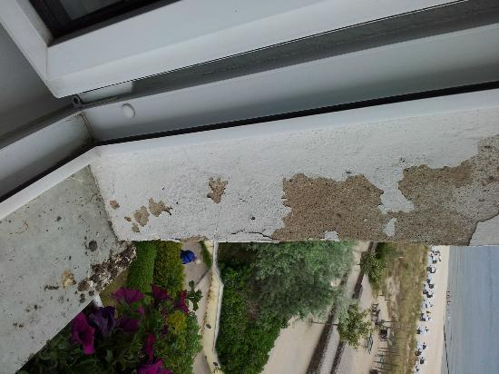 Seebad Bansin, Allemagne : Vogelkot am Fenster, Abblätternde Farbe Fenster