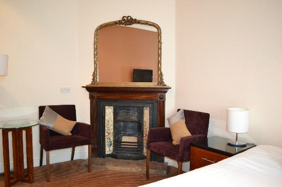 The Royal Adelaide Hotel: Fireplace in Room