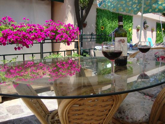 Easy Bed Hostel Pompei: Chianti in the shadow after Pompeii