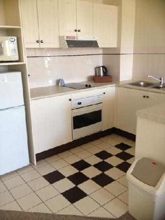 Mantra Esplanade Cairns: 1br kitchen. no sugar with coffee sachets.