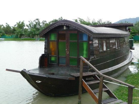 TopCats Fresh Water Fishing Resort: Outside of boat
