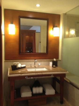Santa Barbara Beach & Golf Resort, Curacao : Bathroom has lots of counter space with a ledge