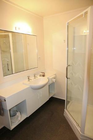 ASURE 755 Regal Court Motel: Bathroom