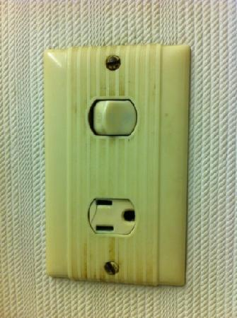 Days Inn Conneaut: bathroom lightswitch