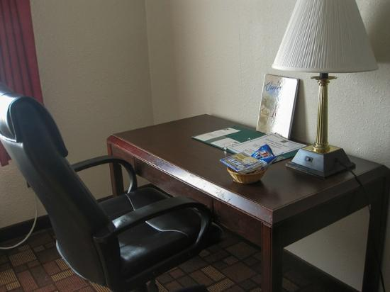 Quality Inn & Suites Chambersburg: Desk